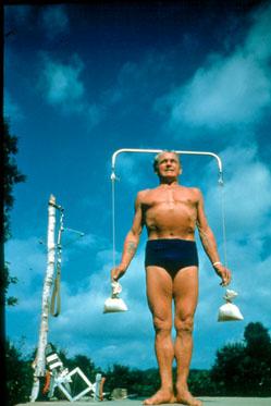 Joseph Pilates var så vel en raring som han var en kreativ mann. Han prøvde å gå til bunnen når det gjaldt å forstå menneskelig bevegelse og balanse. De hjelpmidler han demonstrerer på bildet blir ikke brukt i moderne Pilates, men ser vi ikke overføringsverdier for tangoen i hans kreasjon?
